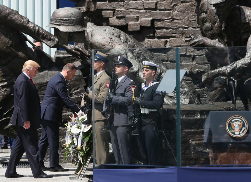 Prezydent Stanów Zjednoczonych Ameryki Donald Trump i przezydent RP Andrzej Duda składają wieniec na placu Krasińskich w Warszawie