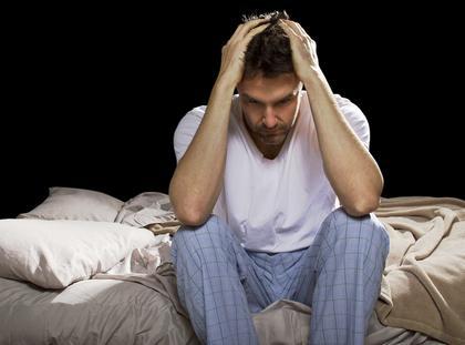bezsenność stres mężczyzna noc