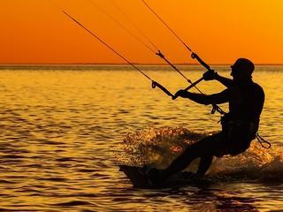 Sporty wodne, których musisz spróbować w te wakacje