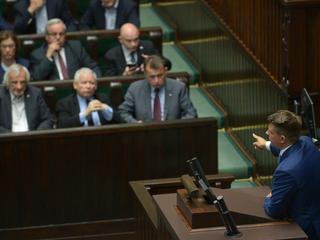 """""""Sejm w oblężeniu"""". PiS nagle rozpoczął debatę nad ustawą o SN [OGLĄDAJ]"""