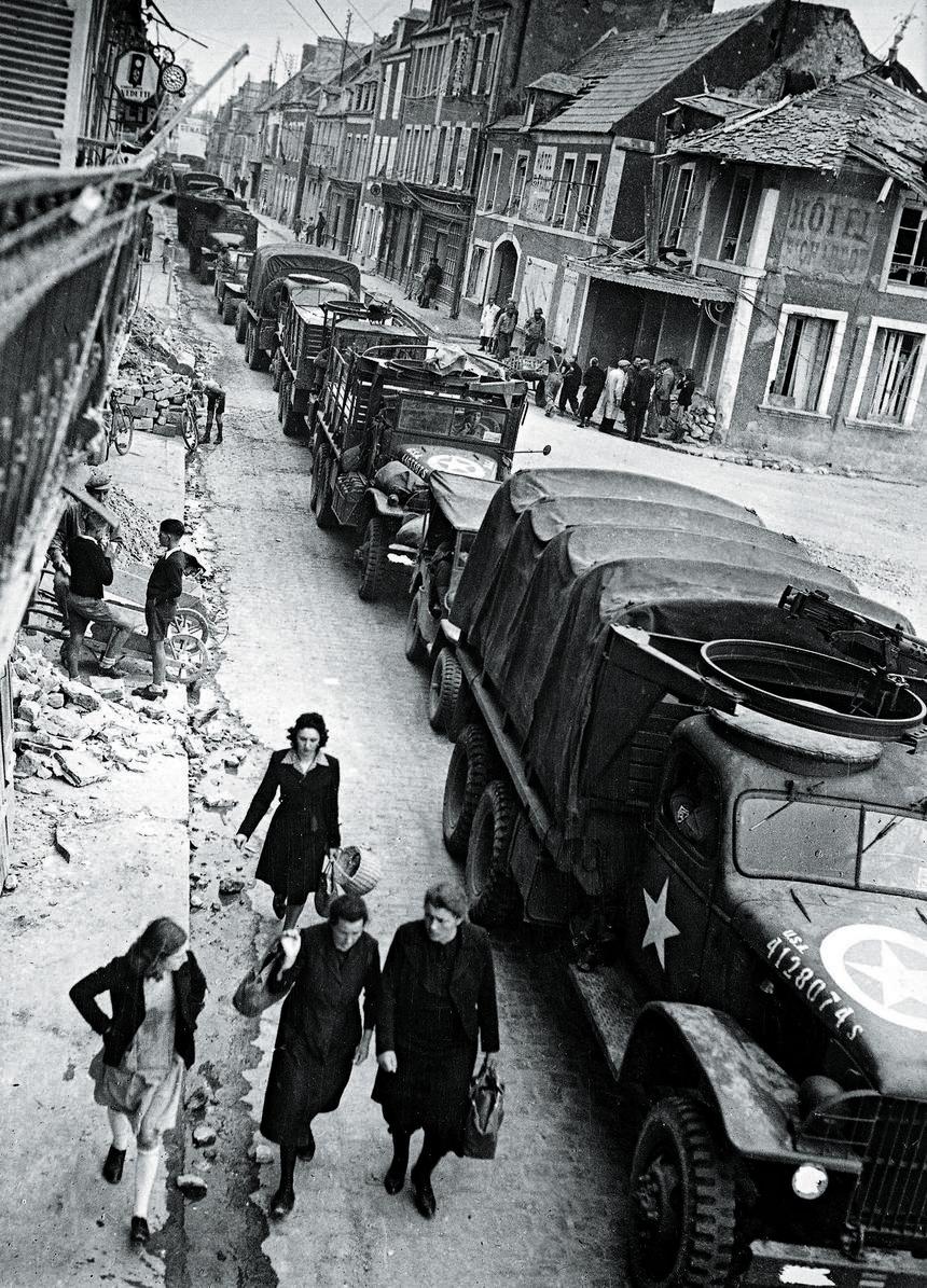 Amerykańska kolumna transportowa zakorkowana we francuskim miasteczku, 25 lipca 1944 r.