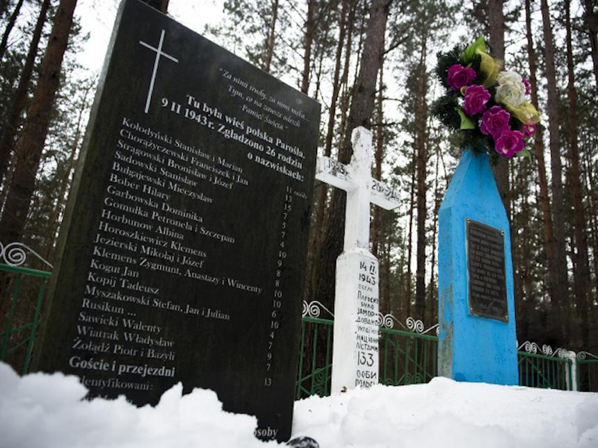 Tablica pamiątkowa polskiej wsi Parośla na Wołyniu (fot. Piotr Sadurski/Newsweek)