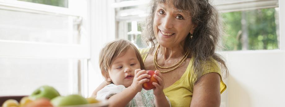 Kobieta w starszym wieku z dzieckiem. fot. Mint Images/ZUMA Wire.