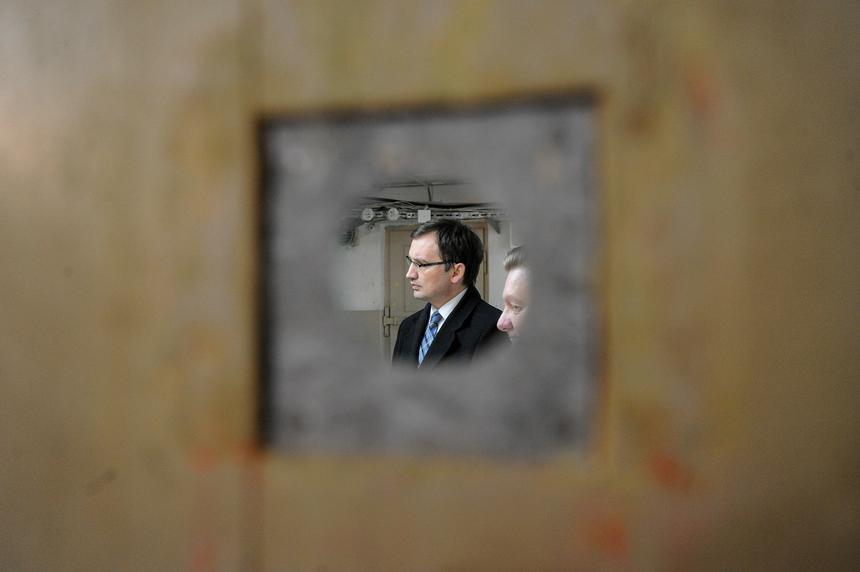 Minister sprawiedliwości Zbigniew Ziobro w piwnicach gmachu Ministerstwa Sprawiedliwości w Warszawie. Minister wraz z grupą zwiedzających przeszli podziemiami budynku ministerstwa celem upamiętnienia więzionych w tym gmachu w latach 1945-1954 działaczy podziemia niepodległościowego