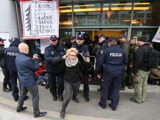 LIVE: Ekolodzy okupują siedzibę Lasów Państwowych. Przepychanki z policją, 18 aktywistów zatrzymanych