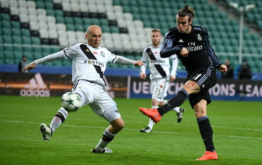 Michał Pazdan walczy o piłkę z Garethem Bale'em