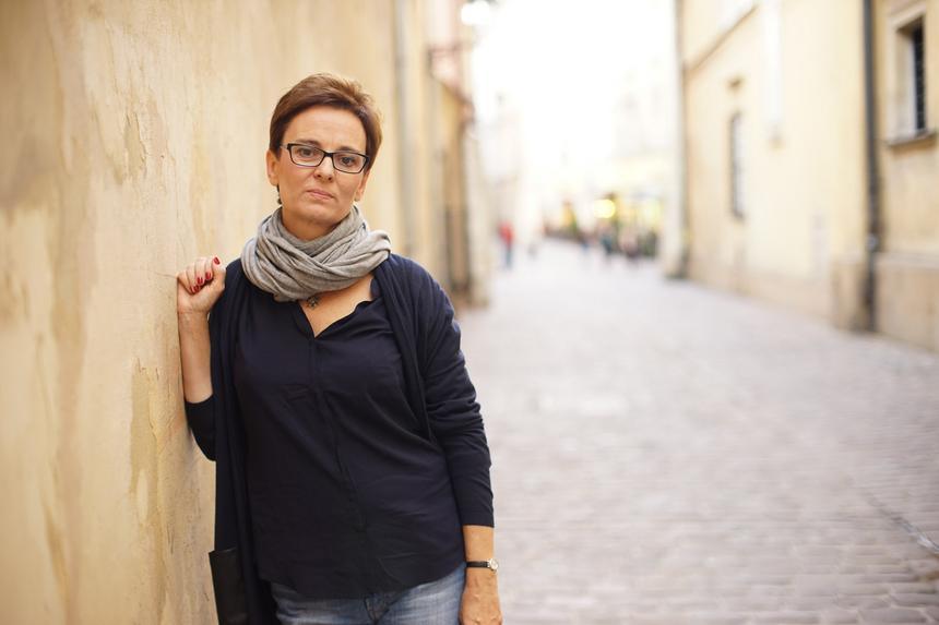 Inga Iwasiów: Opowieść o seksie stała się opowieścią kapitalistyczną, bo żeby lepiej się kochać, trzeba mieć ładne mieszkanie, nową bieliznę i wypielęgnowane ciało. Seks się zhigienizował się i żeby go uprawiać musimy być najpierw zdrowi i ładni.