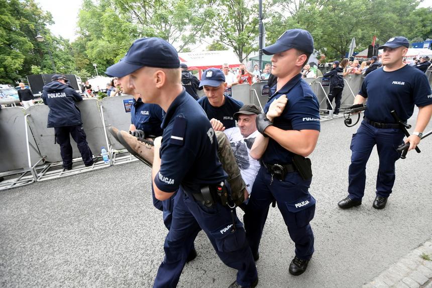 Policja wynosi demonstrantów, którzy przeszli przez barierki przed Sejmem. Trwa protest po uchwaleniu ustawy o Sądzie Najwyższym