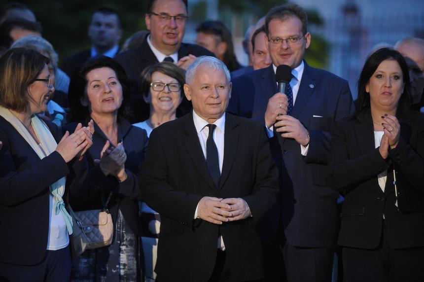 Prezes PiS Jarosław Kaczyński (C) w Marszu Pamięci ofiar katastrofy smoleńskiej podczas uroczystości przed Pałacem Prezydenckim, 10 bm. w kolejną miesięcznicę katastrofy samolotu prezydenckiego pod Smoleńskiem