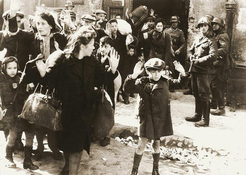 Jedno z najsłynniejszych zdjęć z powstania w getcie - niemieccy żołnierze pilnują wziętych do niewoli Żydów. Fotografia pochodzi z Raportu Jürgena Stroopa do Heinricha Himmlera z maja 1943 (Źródło: Wikimedia Commons)