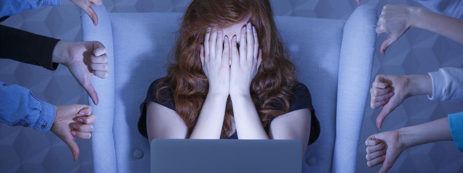 kobieta komputer facebook kłótnia