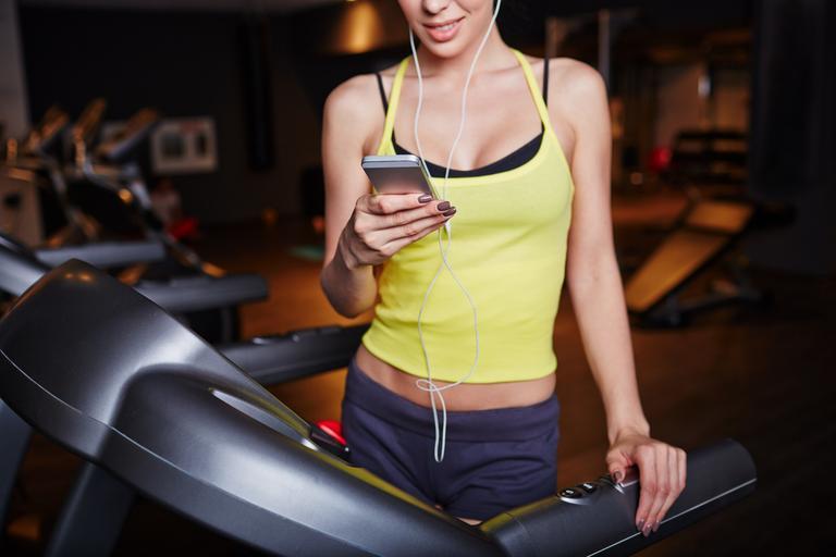 siłownia, ćwiczenia, smartfon