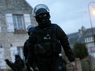 """""""Odrażający akt agresji"""". Pod Paryżem samochód wjechał w żołnierzy"""