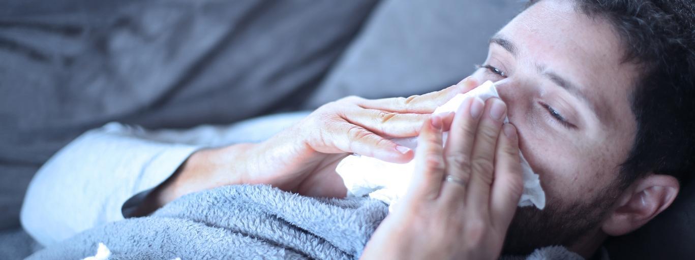 Mężczyzna zdrowie choroba przeziębienie grypa katar