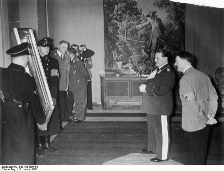 Styczeń 1938 r. Adolf Hitler wręcza prezent urodzinowy Hermannowi Göringowi