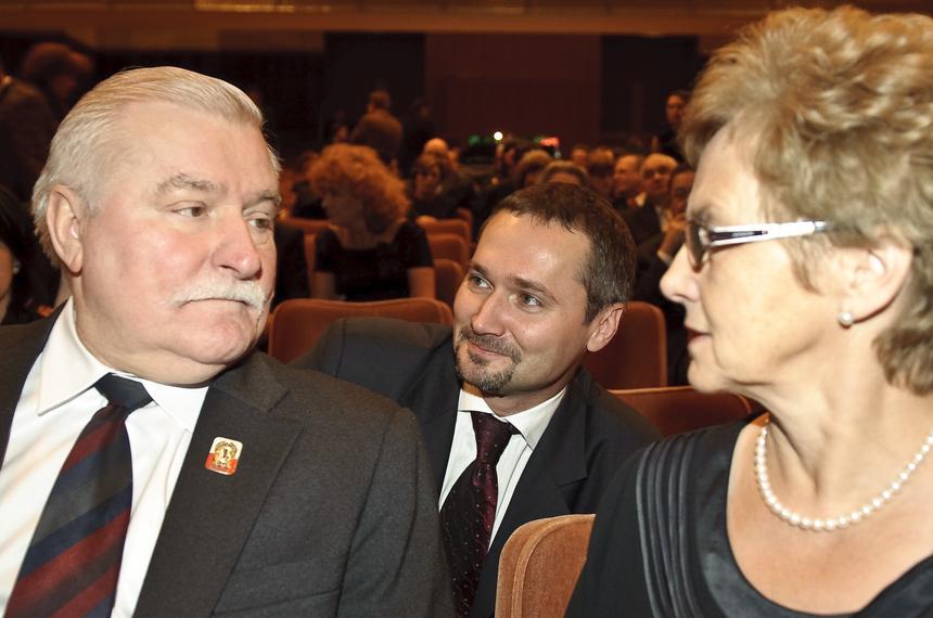 Lech i Danuta Wałęsowie oraz ich syn Jarosław, europoseł, podczas uroczystego koncertu z okazji Święta Niepodległości, Bruksela, 10 listopada 2009 r.