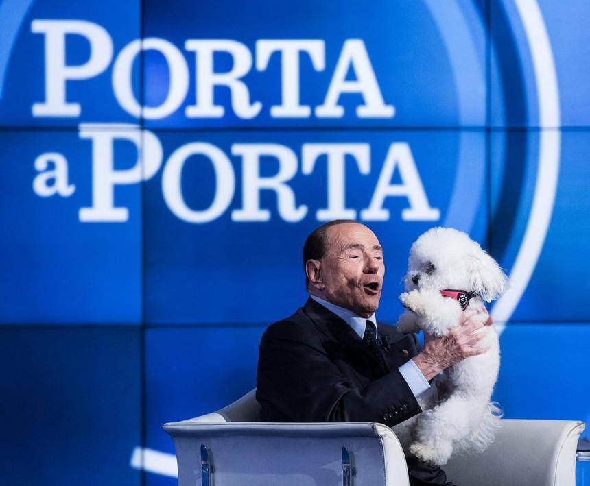Silvio Berlusconi z psem w programie włoskiej telewizji RAI 'Porta a Porta'