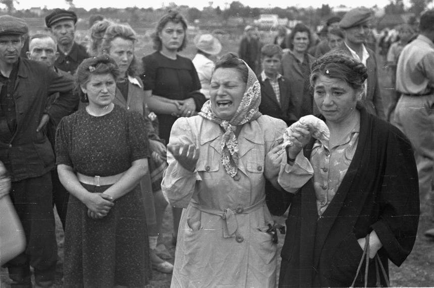 Jedna z kieleckich Żydówek opłakującą ofiary pogromu.