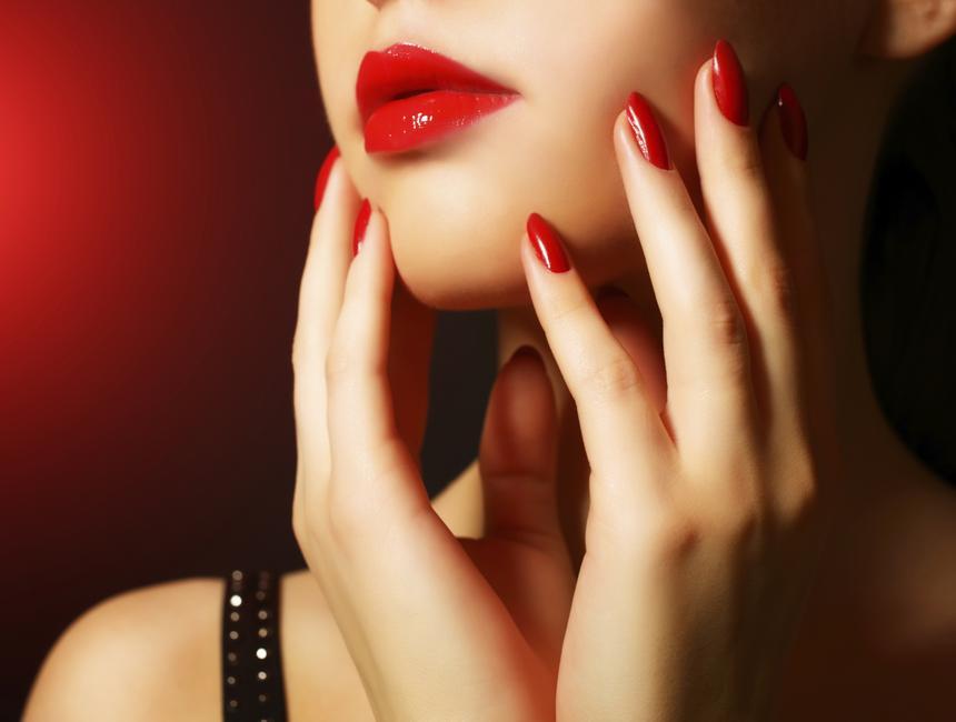 Nie wszystkim pracownicom kasyna podoba się, że niedługo, wedle nowych przepisów, będą musiały malować paznokcie na czerwono.
