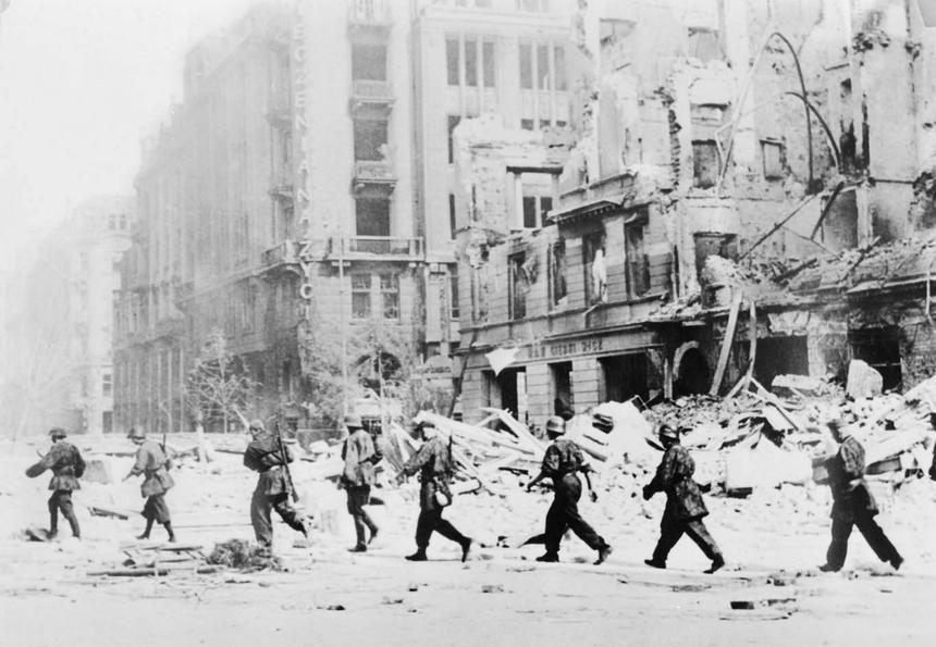 Sierpień 1944 roku, Warszawa. Oddział powstańców idących do walki