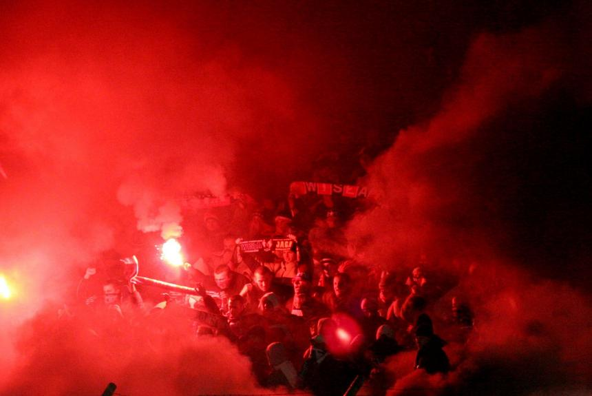 Kraków, 22.11.05. Derby Krakowa. Kibice Wisły Kraków cieszą się po meczu Orange Ekstraklasy z Cracovią. Wisła wygrała 3:0. (gj) PAP/