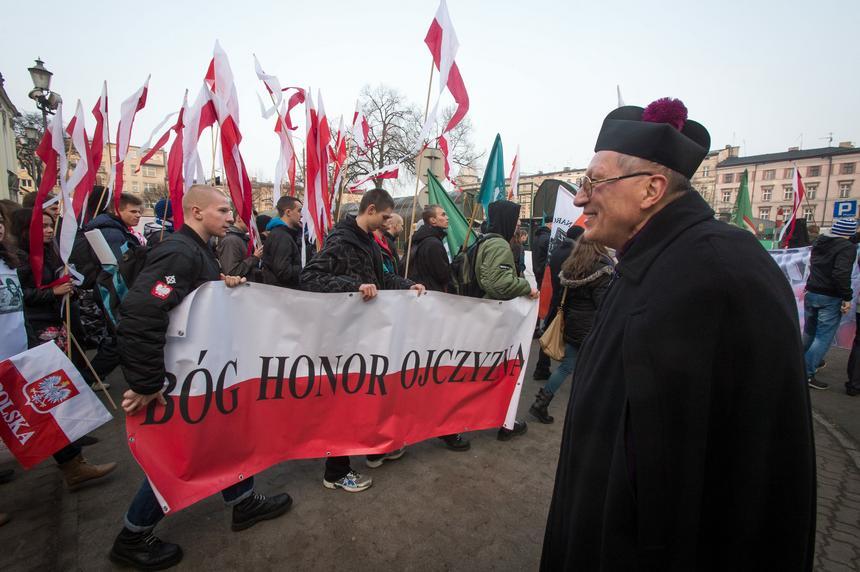 Ks. Roman Kneblewski na Marszu z okazji Dnia Żołnierzy Wyklętych zorganizowanym przez narodowców w Bydgoszczy