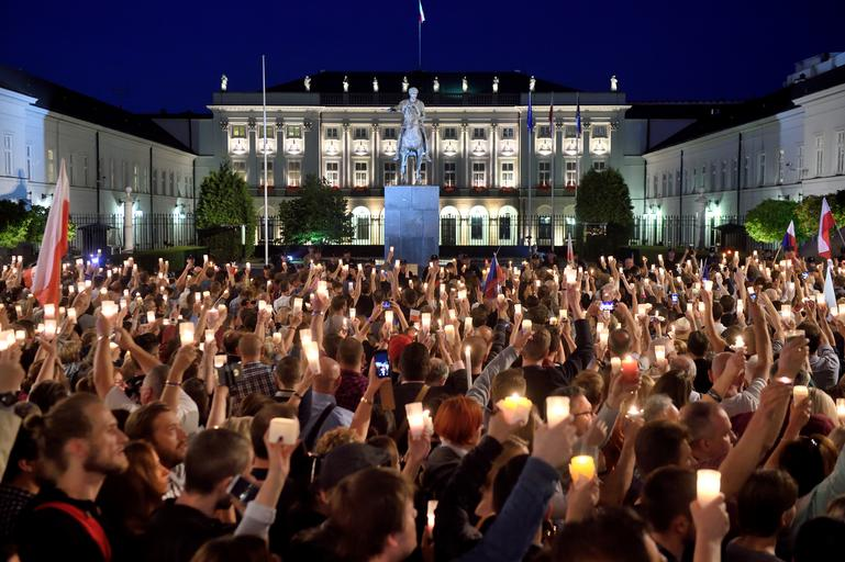 Lancuch swiatla pod Palacem Prezydenckim przeciwko ustawie o Sadzie Najwyzszym.