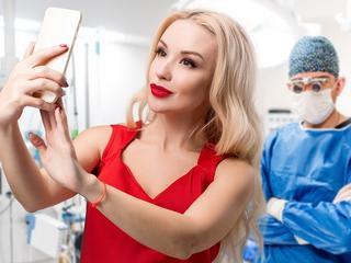 Operują się, by lepiej wyglądać na selfie