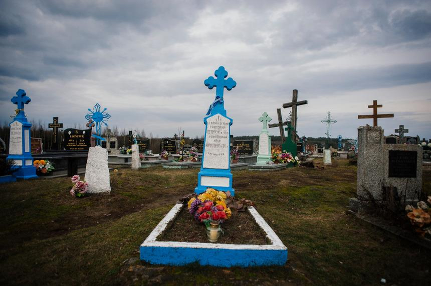 Groby zmordowanych dzieci z cmentarza w Zaleszanach