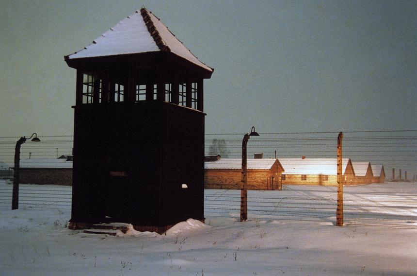 Do stworzenia obozów wykorzystano nienaruszoną infrastrukturę nazistowską, porzuconą przez wycofujące się załogi niemieckie. Zdarzało się, że już po kilku dniach od wyzwolenia, prycze po ocalonych zajmowali nowi więźniowie.