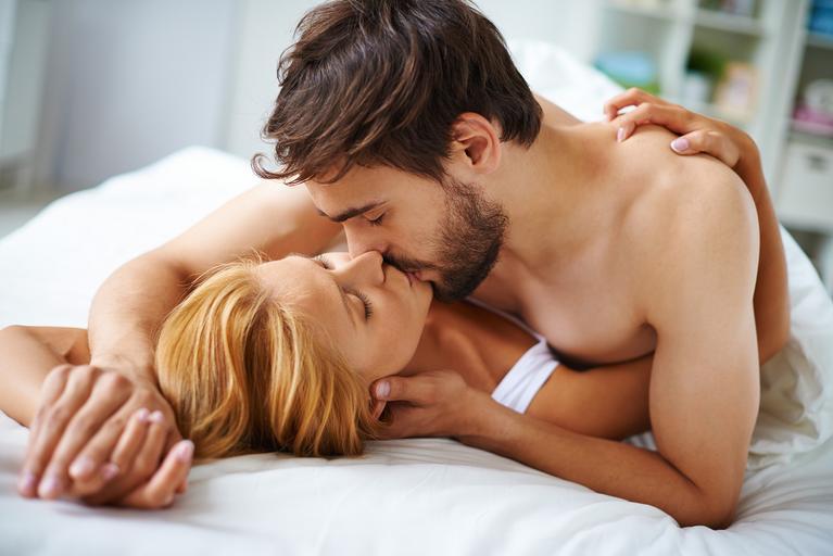 pigułka dzień po, seks, para, łóżko, pocałunek