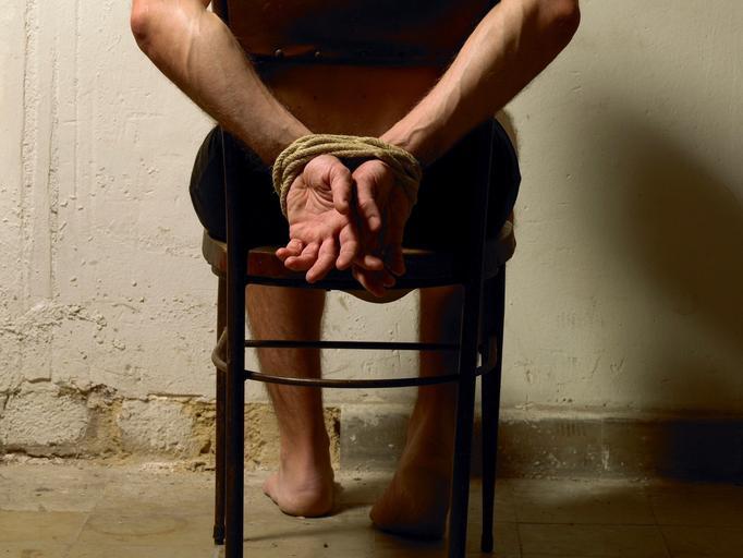 przemoc więzy więzień niewola