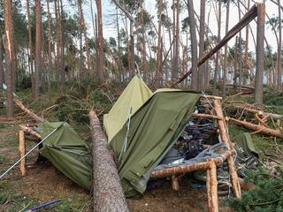 Gdy zwaliło się drzewo, przybocznego wbiło w stół, drużynowy miał chyba złamane żebro. Asia i Olga nie przeżyły