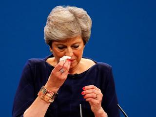 """""""Jak na oddziale traumatologii"""". Theresa May wzbudziła w Brytyjczykach jedynie litość"""