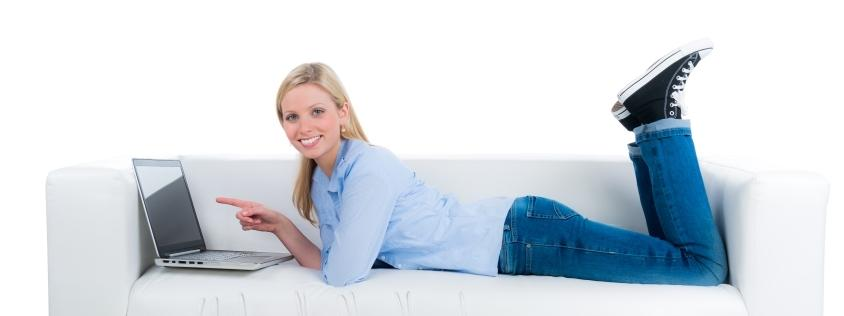 kobieta zakupy laptop kanapa
