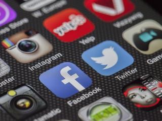 Jak Facebook, Twitter i YouTube radzą sobie z mową nienawiści? [RAPORT]