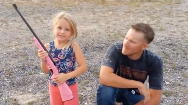 dziewczynka z bronią w ręku