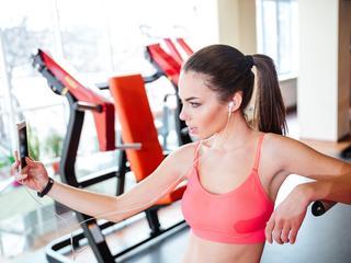 Ćwiczysz ze smartfonem? Spalisz mniej kalorii