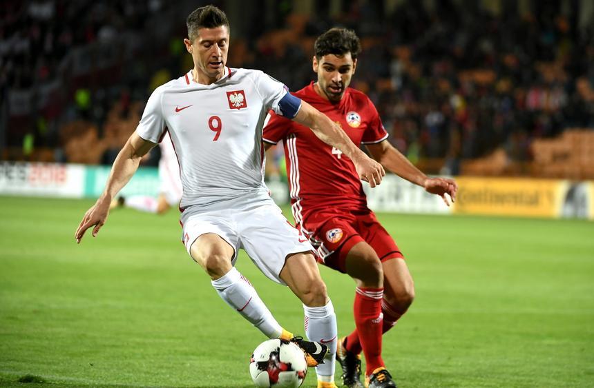 Robert Lewandowski walczy o piłkę z Taronem Woskanjanem podczas meczu grupy E eliminacji mistrzostw świata w Erywaniu, 5 bm.