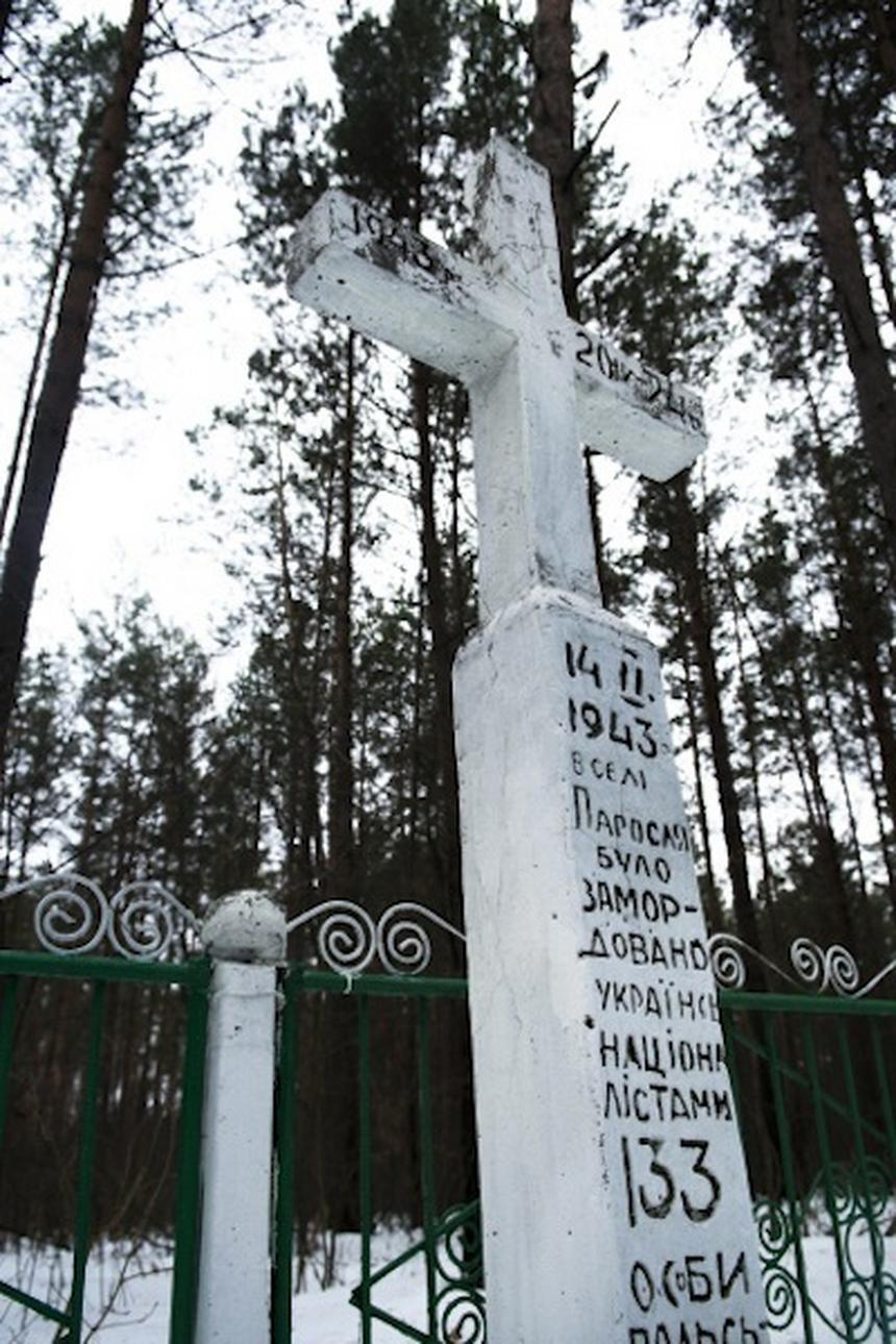 Po polskiej wsi Parośla został jedynie pamiątkowy krzyż (fot. Piotr Sadurski/Newsweek)