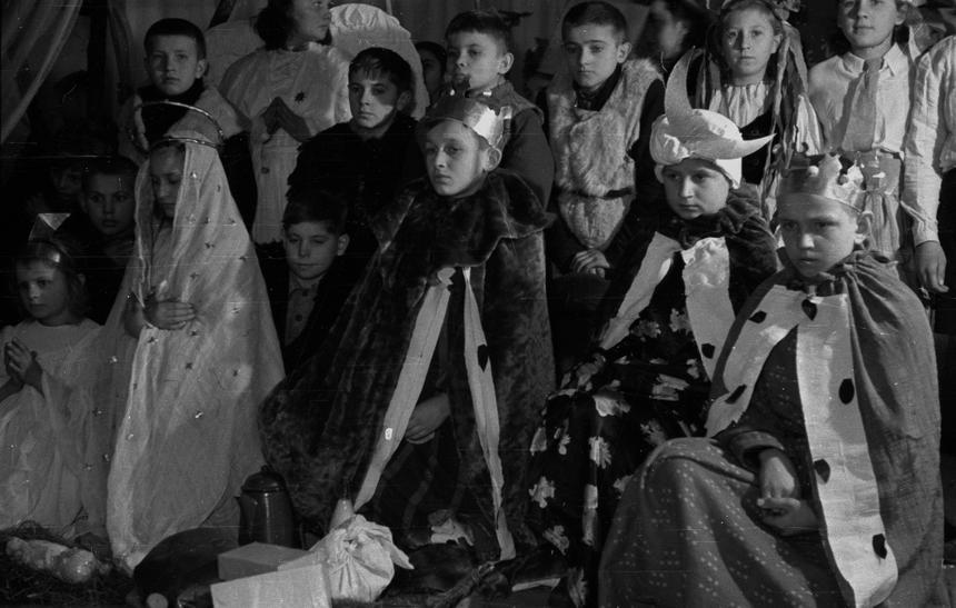 Warszawa 1946 rok. Wigilia dla najbiedniejszych dzieci zorganizowana przez Miejski Wydział Opieki nad Matką i Dzieckiem w teatrze Roma w Warszawie.