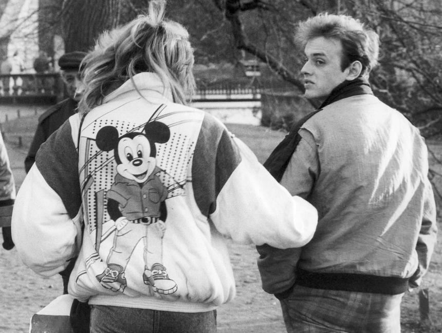 Para młodych ludzi na spacerze w parku, Warszawa 1988 rok.
