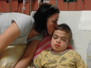 Rząd PiS odbiera dzieciom leki ratujące ich życie