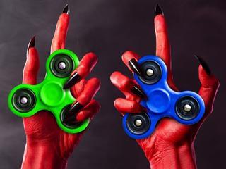 """Fidget spinner, """"diabeł w rękach nastolatków"""", wycofany ze sprzedaży w całej UE"""