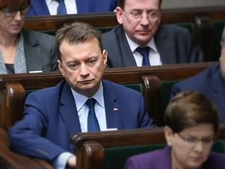 """""""Krew na rękach, buta, arogancja i konfetti"""". PO punktowała Mariusza Błaszczaka. Ten zachował stanowisko"""