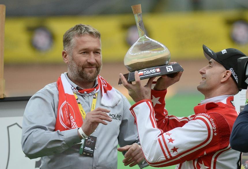 Wybitny polski żużlowiec Tomasz Gollob (P) otrzymuje od Rafała Sonika (L) karafkę z piaskiem z Rajdu Dakar, podczas uroczystego pożegnania Tomasza Golloba (C), w trakcie towarzyskiego meczu żużlowego Polska - Reszta Świata