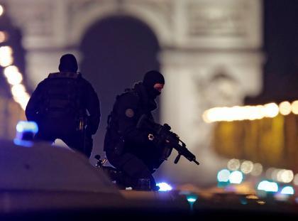 Paryż zamach policja Pola Elizejskie