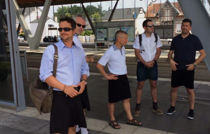 Kierowcy we francuskim mieście Nantes na znak protestu przyszli do pracy w ... spódnicach.