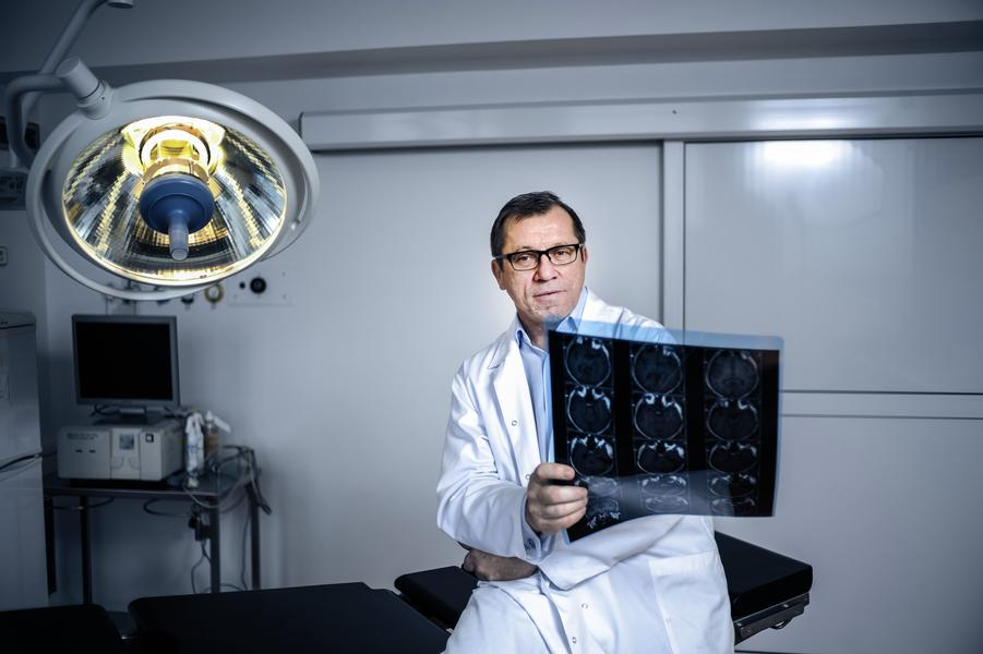 Prof. dr hab. n. med. Mirosław Ząbek, neurochirurg.