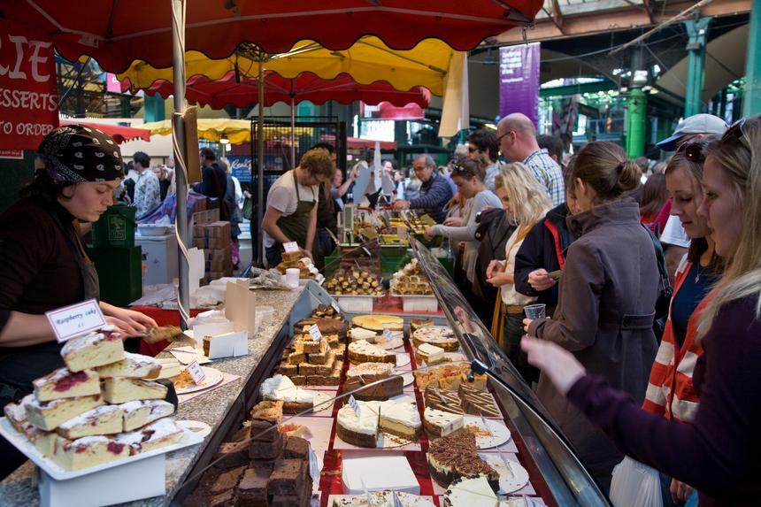 """Borough Market. Przez cały rok można tu spróbować takich specjałów jak: bezglutenowe murzynki nadal smakujące jak te """"zwyczajne"""", chleb z miodem o smaku whisky, gorący cider z cynamonem, hiszpańskie chorizo, włoskie ravioli, kawałki kiszonych ogórków i polskich kabanosów… Zabieganych londyńczyków, Borough zachęca do zdrowej, naturalnej żywności. To niesamowite, jak parę straganów szybko przekształciło się tu w jeden z najsłynniejszych targów na świecie."""